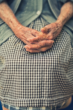 Elderly lady's hands in lap (Photo by Cristian Newman on 'unsplash')